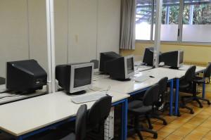 12 postes informatiques mis à disposition des élèves au CDI du Lycée Saint-André